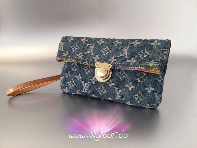 Louis Vuitton Monogram Denim Pochette Plate in Blau, Louis Vuitton VVN-Leder Dragonne Handschlaufe