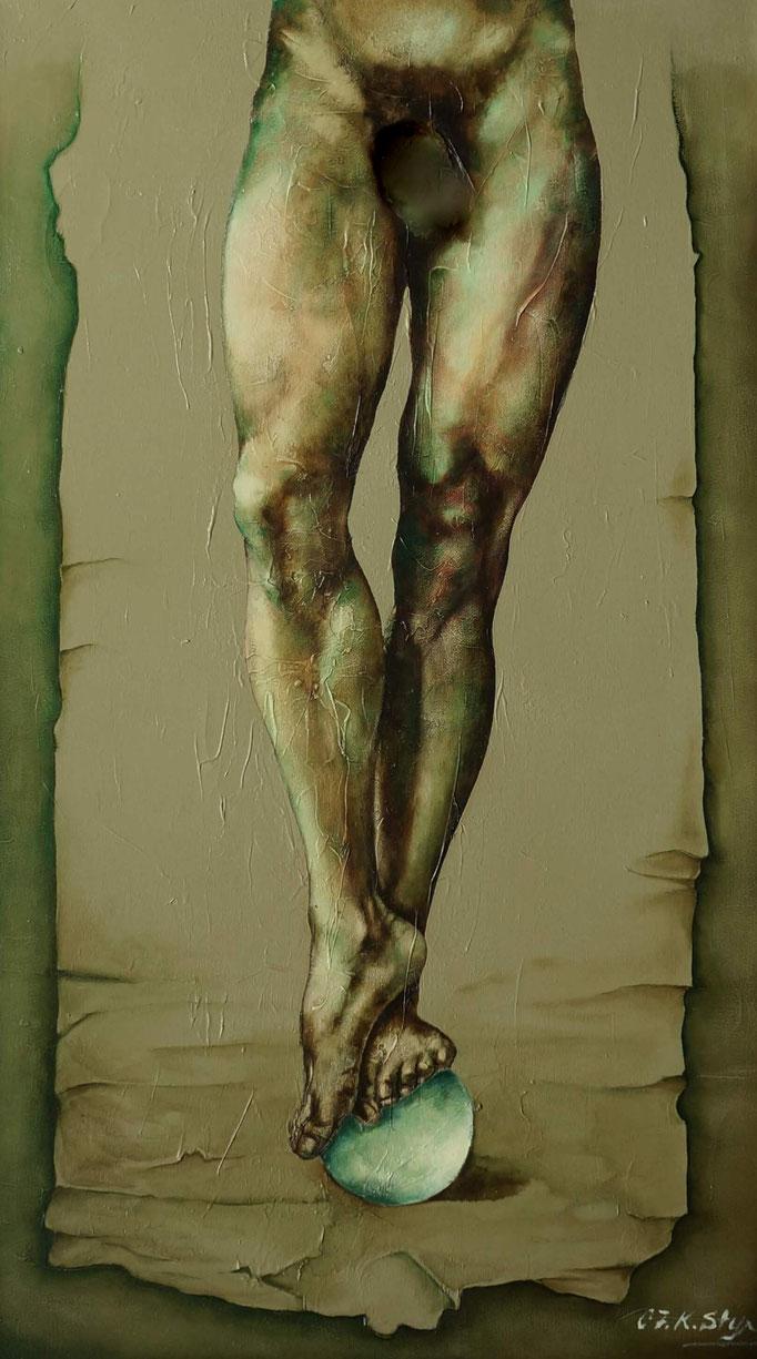 zensierte Darstellung eines nakten mann der auf einer glaskugel bilanziert