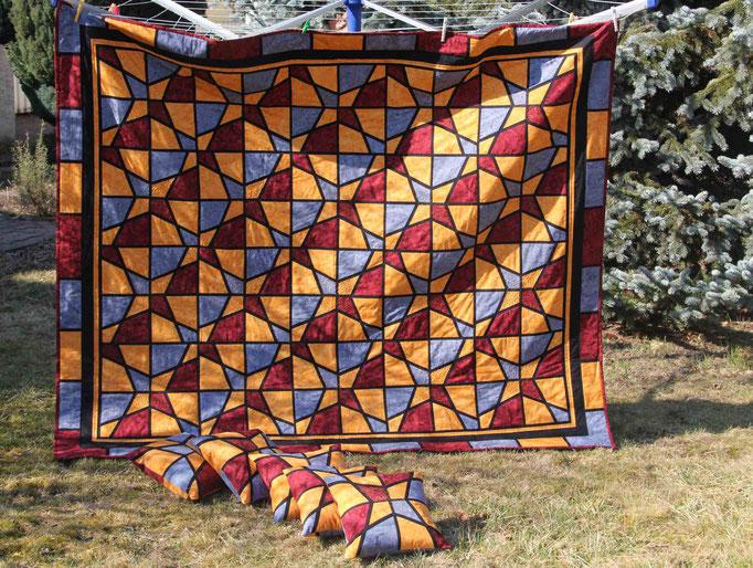 Bettquilt (Tagesdecke) mit 5 Kissen - Auftragsarbeit, ca. 180 cm mal 220 cm -Verschneidetechnik mit Zwischenstreifen