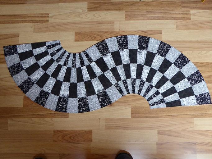 Tischläufer in Schwarz-Weiß, von Spitze zu Spitze 127 cm