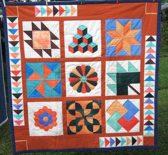 Sampler, das heißt: verschiedene Muster in verschiedenen Techniken ergeben einen Quilt - großes Wandbild
