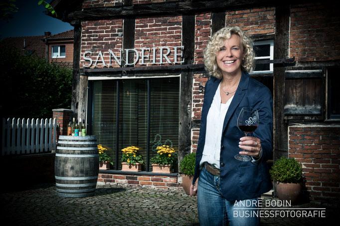 Businessfotografie: Geschäftsführerportrait einer Weinhändlerin für ein Magazin und zur Eigenwerbung