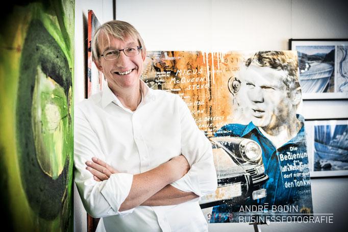 Businessfotografie: Geschäftsführerportrait bzw Charakterportraits für einen Galeristen