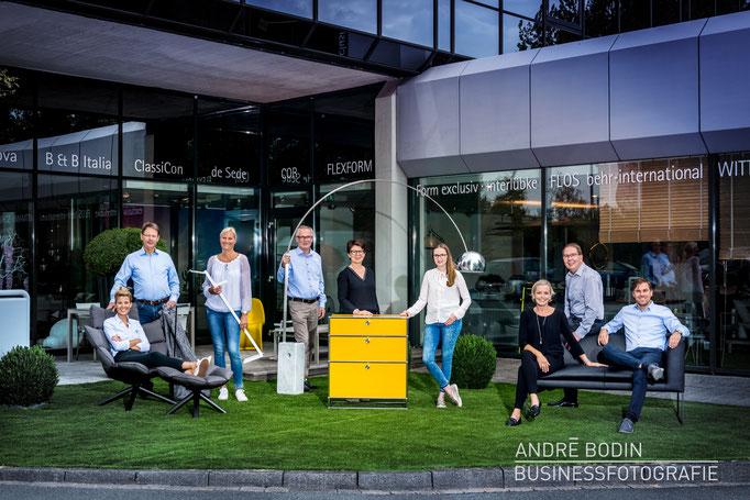 Businessfotografie: Teamfoto und Mitarbeiterportraits eines Möbelhändlers für ein Magazin