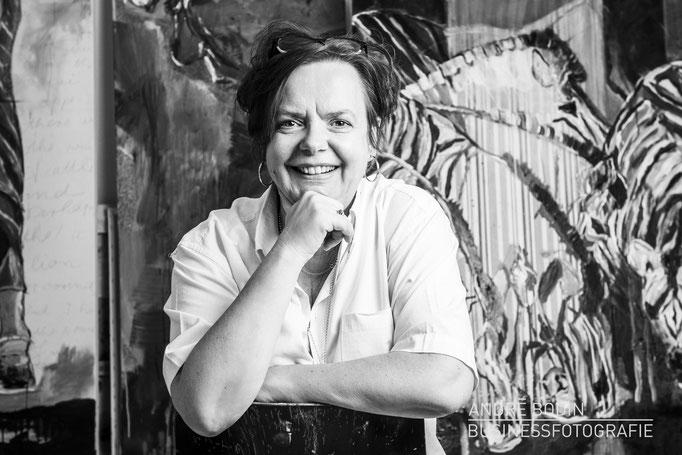 Businessfotografie: Künstlerportrait bzw Charakterportraits einer Malerin für ein Magazin