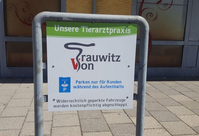 auffälliges Schild für Parkplatz von Praxis