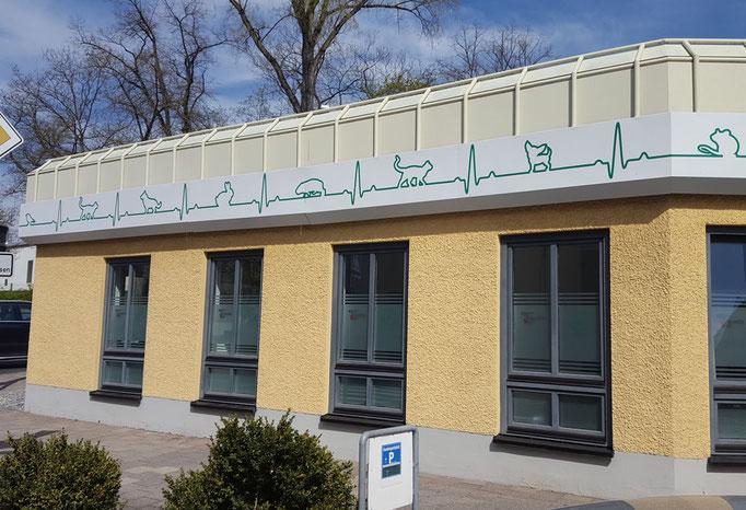 Fassadenfolie mit grüner EKG Linie und Tiermotiven
