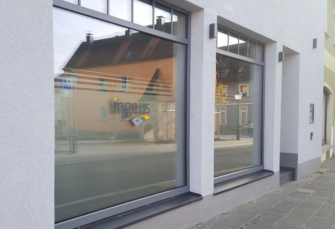 Schaufensterscheiben mit Glasdekorfolie und Firmenlogo als Plott