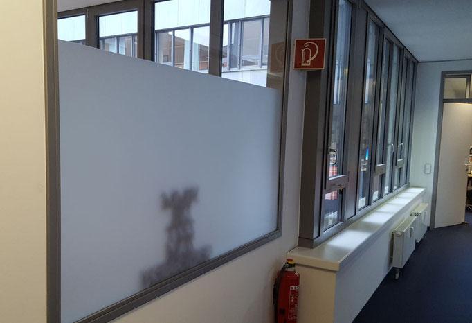 silberne Sichtschutzfolie auf Fensterscheibe