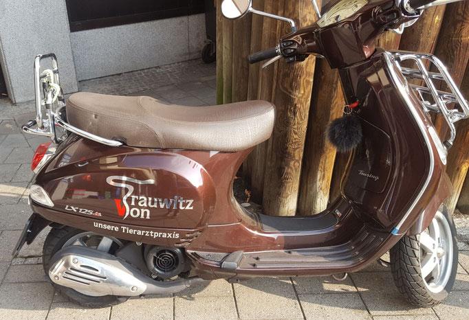mit Einzelbuchstaben folierter Motorroller