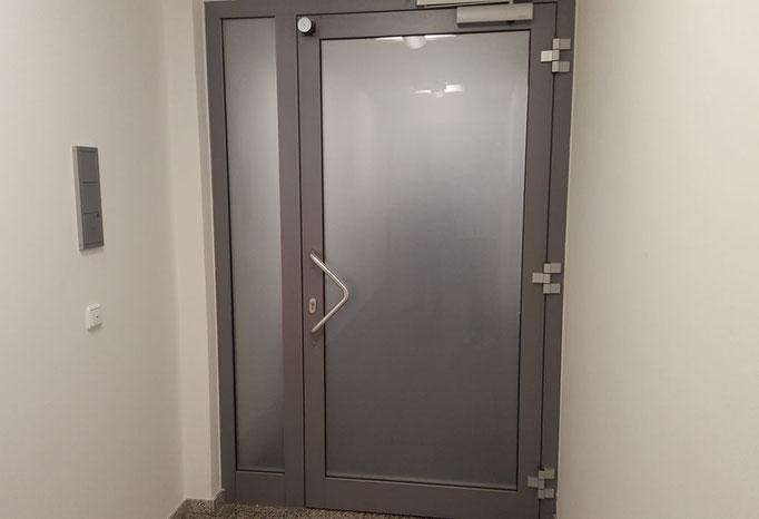 vollflächiger Sichtschutz für Bürotür in Nürnberg