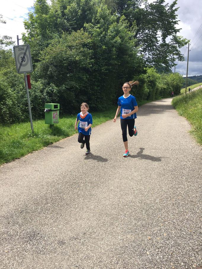 freudig laufen auch Alena und Alea ihrer Glace entgegen
