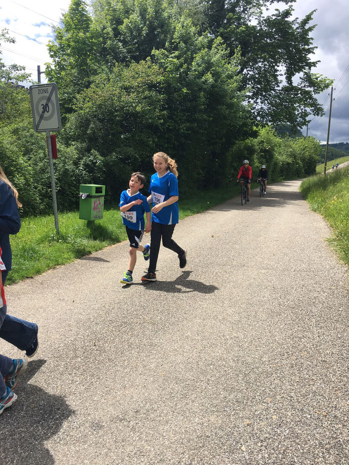 Sarina und Jan beim Endspurt des Glacelaufs