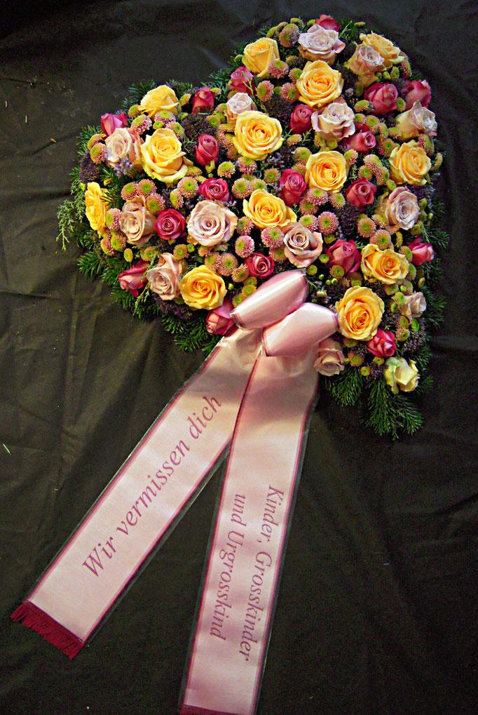 Blumenherz mit Trauerscherpe