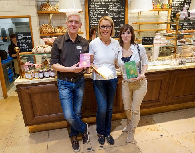 Jayc Jay mit den Café Besitzern Renate & Joachim Weiss bei der 8 x 8 Premiumintentionen Release-Party im Café aran Breuningerland Sindelfingen