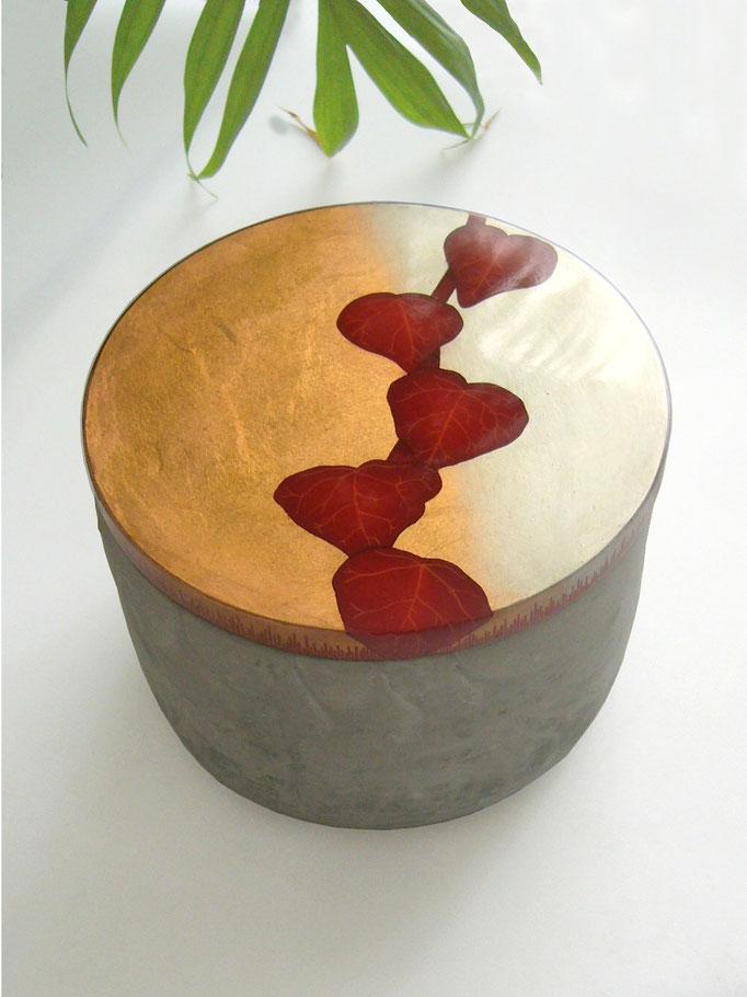 boite en bois laquée et béton fin,  Bota 15,5x11,5 cm, 2018