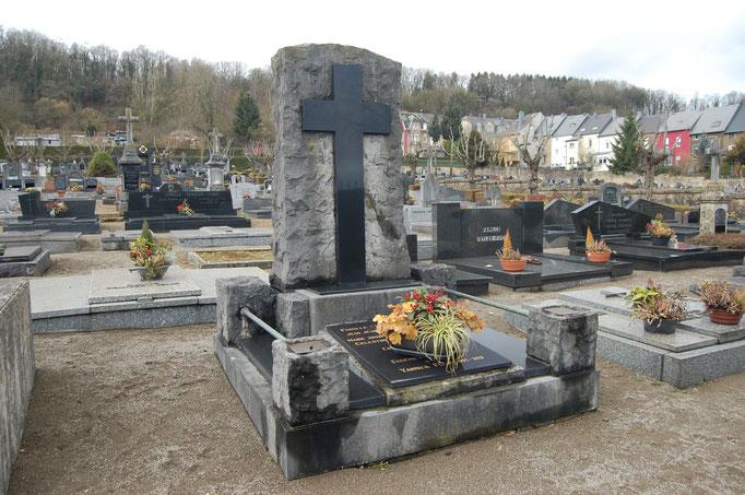 Nettoyage d'un monument funéraire en pierre bleue... Avant