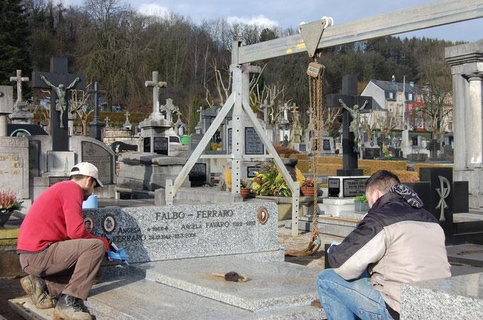 Remontage d'un monument suite au découvrement pour les funérailles