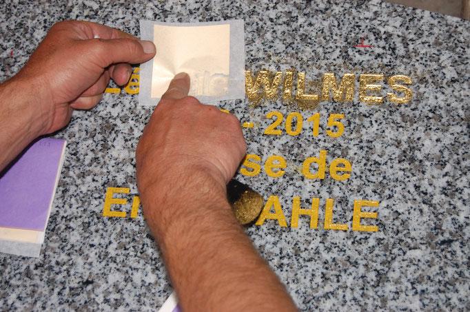 Inscription gravée et dorée à la feuille d'or sur stèle