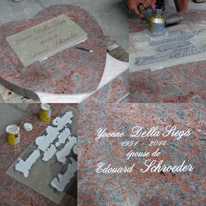 Gravure (en blanc) sur stèle