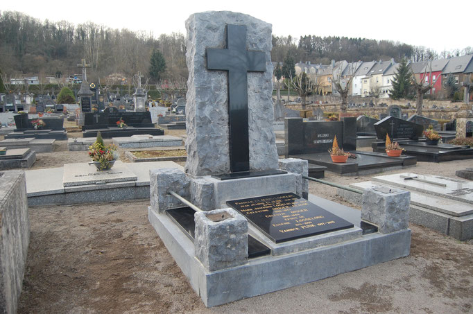Nettoyage d'un monument funéraire en pierre bleue... Après