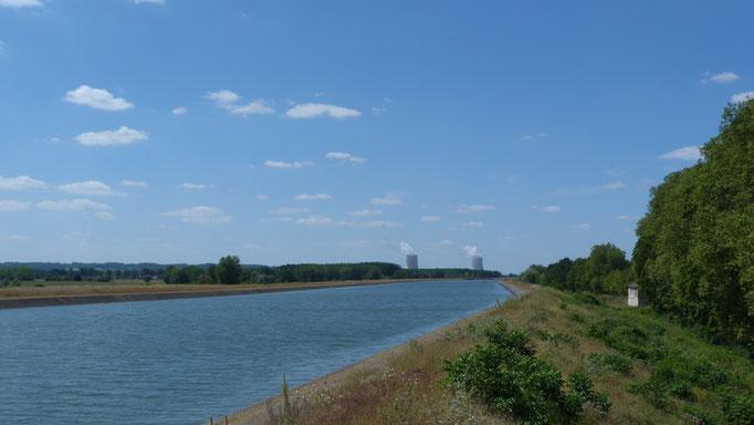 ind der Ferne das Atomkraftwerk