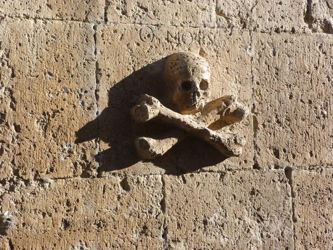 Relief an der Kirchenmauer