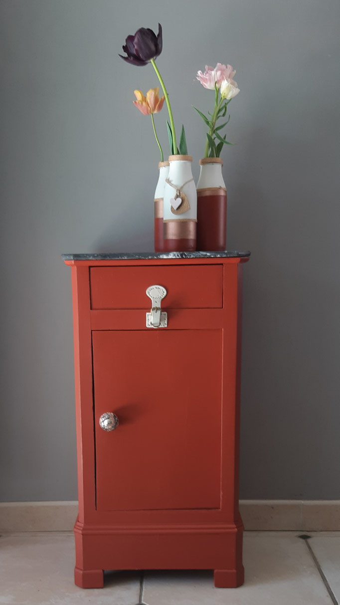 #Après #Chevet monochrome Antik Rouge, bouton porcelaine et pression cuir de sac à main pour le tiroir