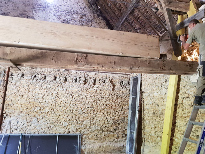Mise en place d'une poutre en chêne ressuyé grosse section (image)