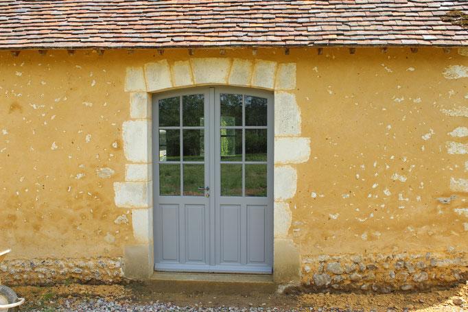 Ouvertures en pierres de taille avec patine de finition, menuiseries isolantes bois (image)
