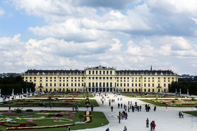 Schloss Schönbrunn. Das Schloss Schönbrunn, in seiner heutigen Form, wurde im 18. Jahrhundert als Sommerresidenz für Kaiserin Maria Theresia errichtet.