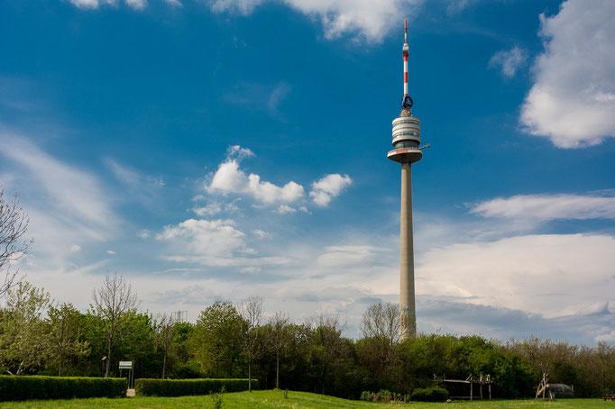 Donauturm. Der Donauturm wurde von 1962 bis 1964 anlässlich der Wiener Internationalen Gartenschau errichtet. Der Turm beherbergt neben einem Restaurant ein Café, weiters eine Sendestation und eine Bungee-Jumping-Plattform.   Mit 252 Metern ist er das höc