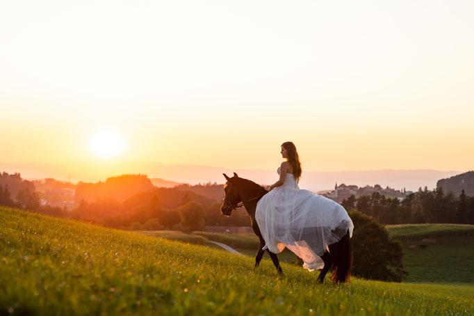 Afterwedding mit Pferd während dem Sonnenuntergang
