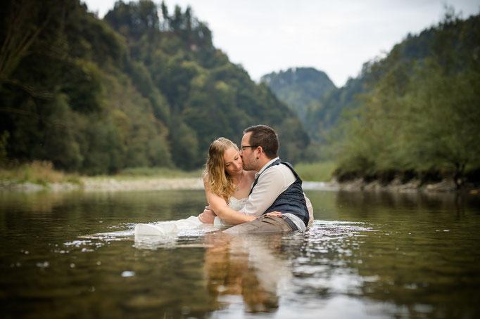 Brautpaar im Wasser