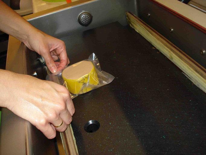 Una vez introducido, ponemos la bolsa en la máquina de vacío.
