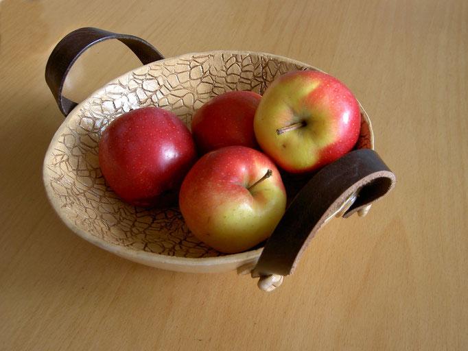 Eine Obstschale mit Henkel aus einem alten Ledergürtel