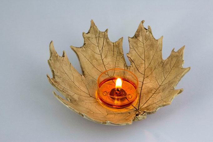 Ein Ahornblatt alst Teelichthalter