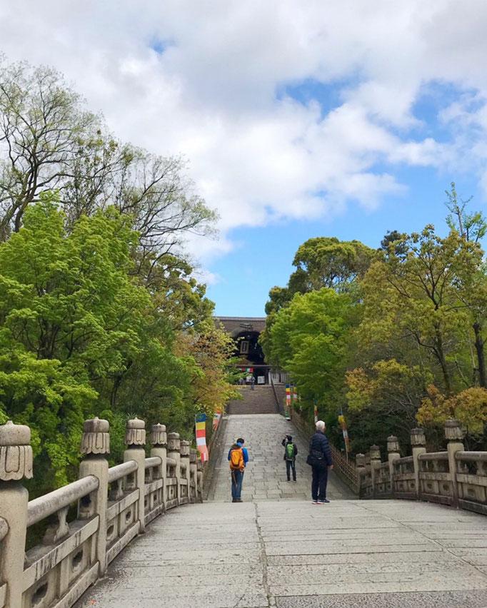 山門に続く橋