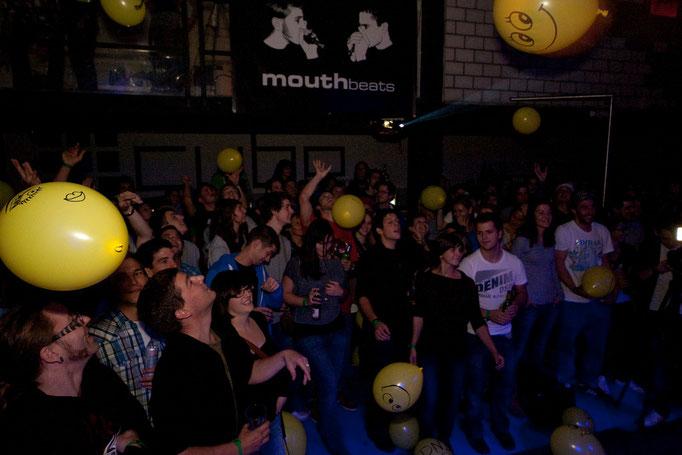 Publikum im Ballonregen