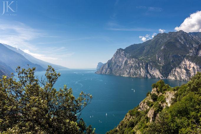 Blick vom Monte Brione über den Gardasee.