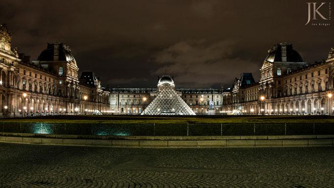 Paris, Louvre bei Nacht