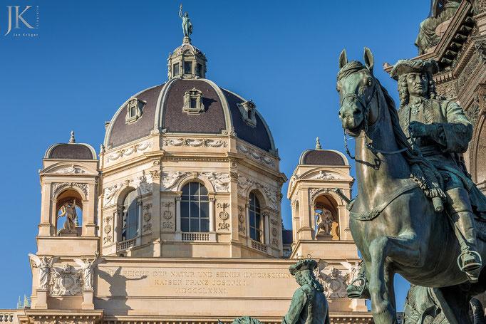 Wien - Maria-Theresien-Statue - im Hintergrund das Naturhistorische Museum