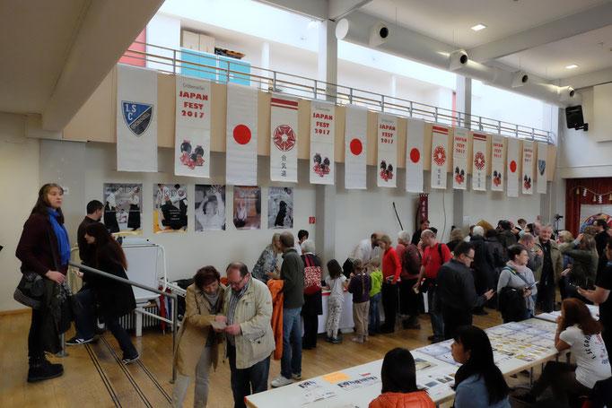 Punkt 11 Uhr mit der Eröffnung kamen die Besucher in den Saal