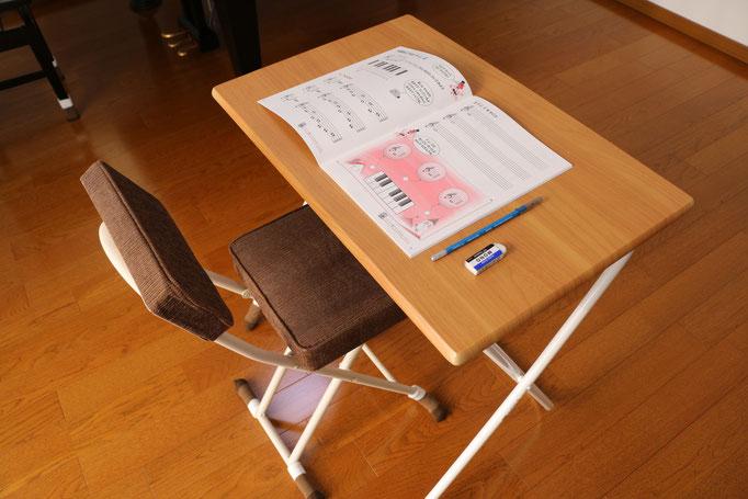 ワークブックや楽典、聴音などの勉強をするための机と椅子です。