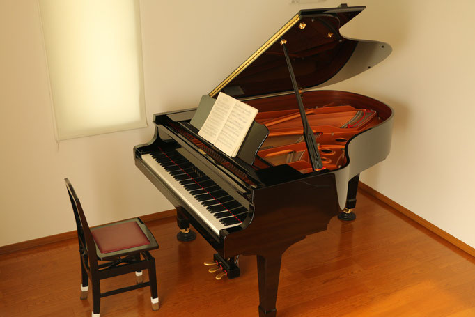レッスンではヤマハのグランドピアノC3を使用します。