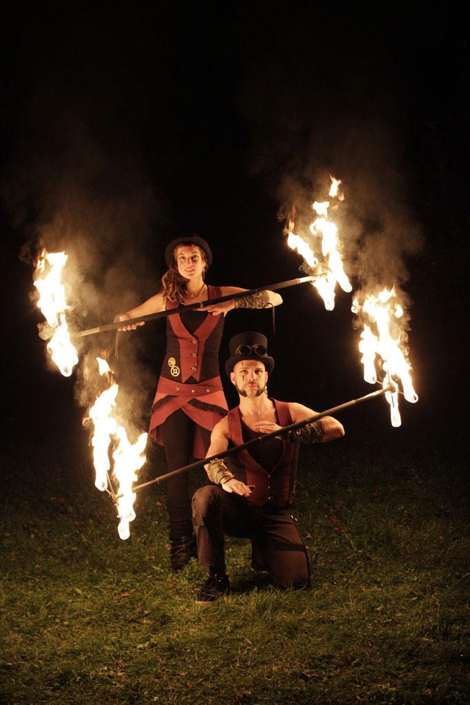 Feuershow mit zwei Künstler_Innen