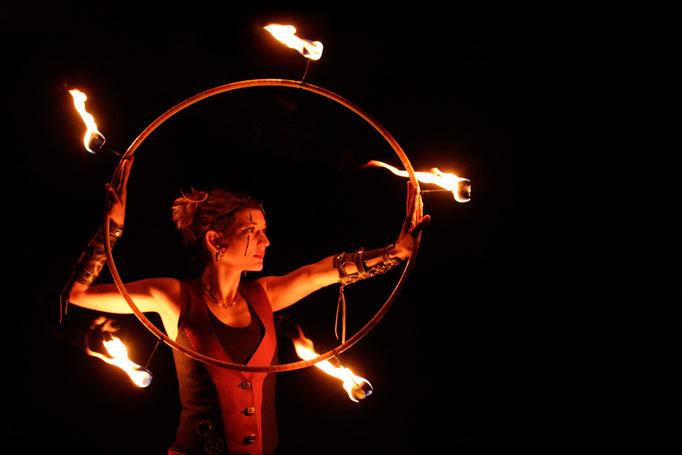 eleganter Feuertanz von Flame Rain Theatre