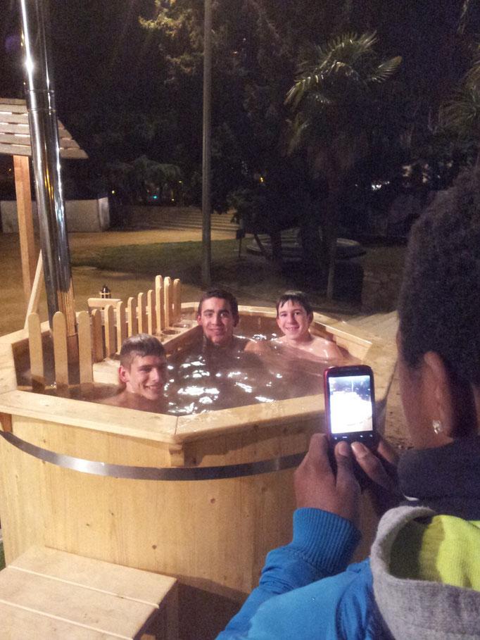 Un grupo de chavales, encantados con el hot tub