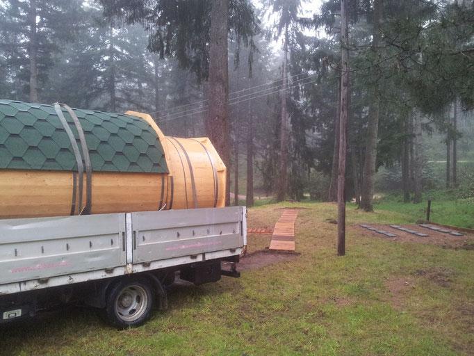 sauna y hot tub cargado en camión