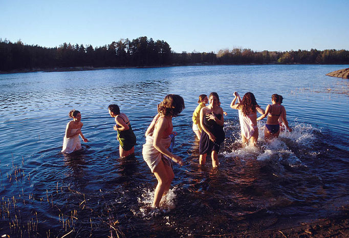 Sales de la sauna, te metes en el lago, entras de nuevo en la sauna, lo repites varias veces, te tumbas al sol en una tumbona, tomas algo y equilibras tu organismo mientras alargas tu vida.